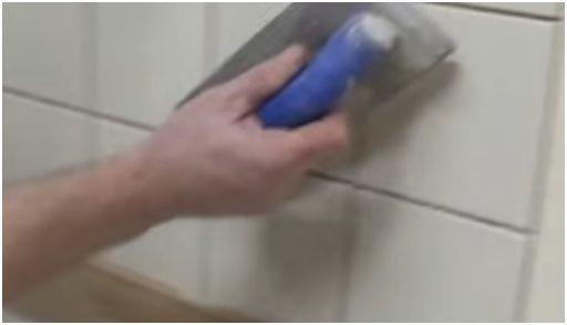 memasang keramik dinding