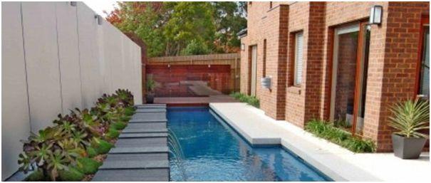 kolam renang di samping rumah